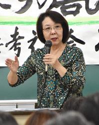 写真:講演をする鳥飼久美子さん